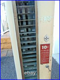 VINTAGE U-SELECT-IT 10 CENT VENDING MACHINE with KEY