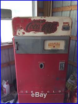 Vintage Coca-Cola Coke Soda Machine. Vendo 83