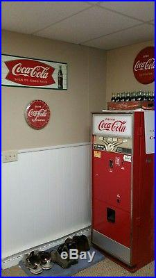 Vintage Coke machine. Soda pop. Good working condition withkey & metal coin mech